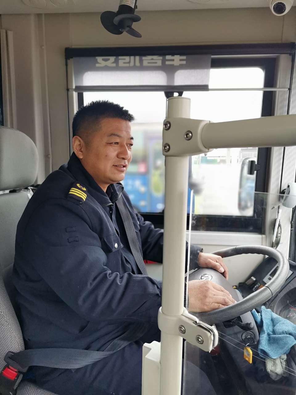三轮车主人被困车内 公交车司机停车救人